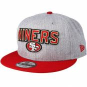 Keps San Francisco 49ers 2018 NFL Draft On-Stage Grey/Red Snapback - New Era - Grå Snapback